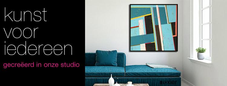 kamer met abstracte schilderijen